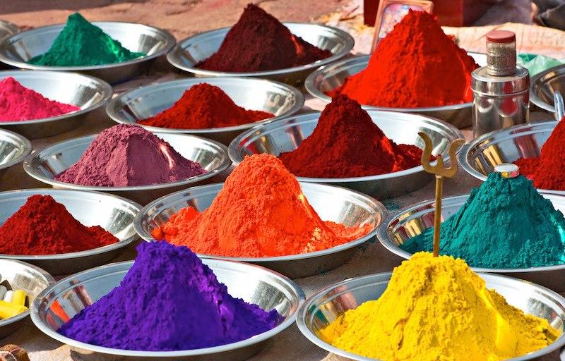 Polveri colorate Tika mercato Orchha India