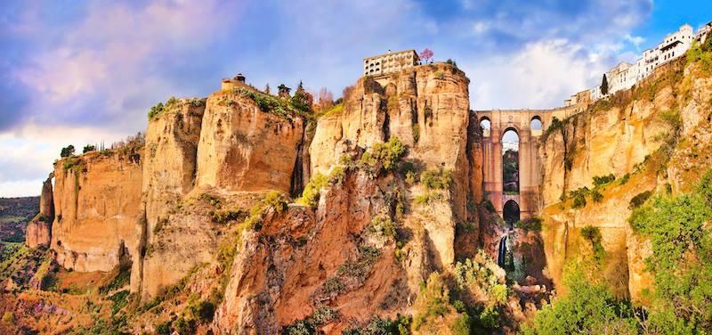 Ronda è una meravigliosa e antica città arroccata sulla gola di El Tajo Andalusia