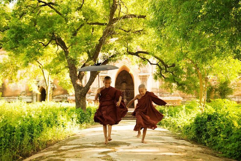 small Thai monks tailandia