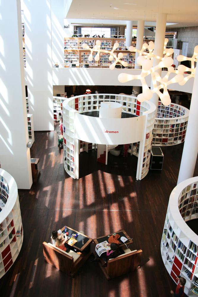 AMSTERDAM 22 giugno vista allinterno di Amsterdam Biblioteca Centrale la Centrale Bibliotheek la più grande biblioteca pubblica in Europa progettato da Jo Coenen