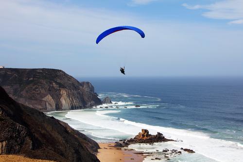 Gleitschirmflieger in der Westküste Portugal