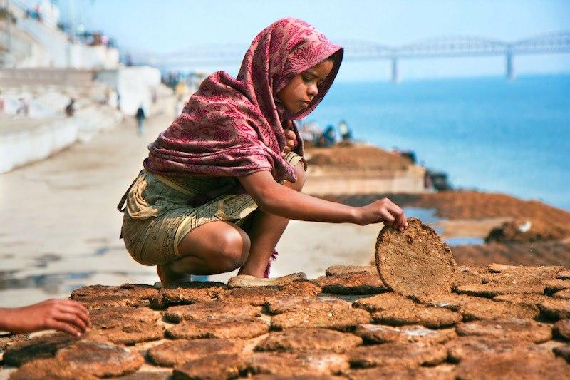 Una delizia che vende delizie in riva al sacro fiume Gange India