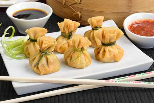 Wonton Oriental deep fried wontons filled with prawn and spring onion served with dumpling and chili sauces