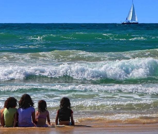 bambini seduti mare