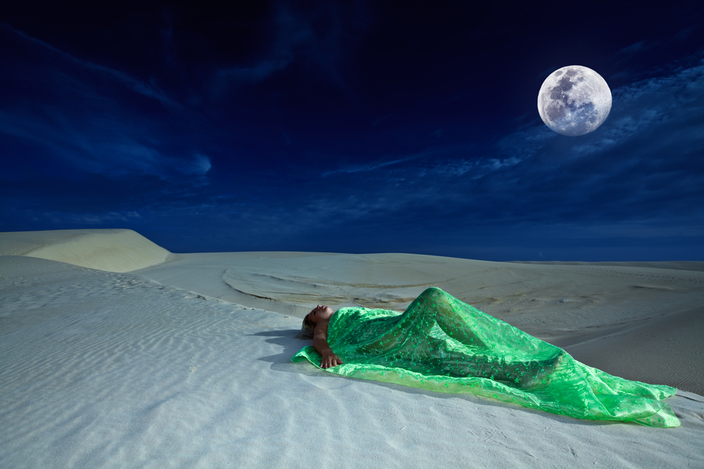 donna deserto luna