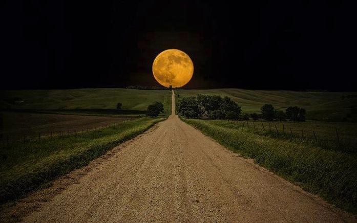 luna in strada
