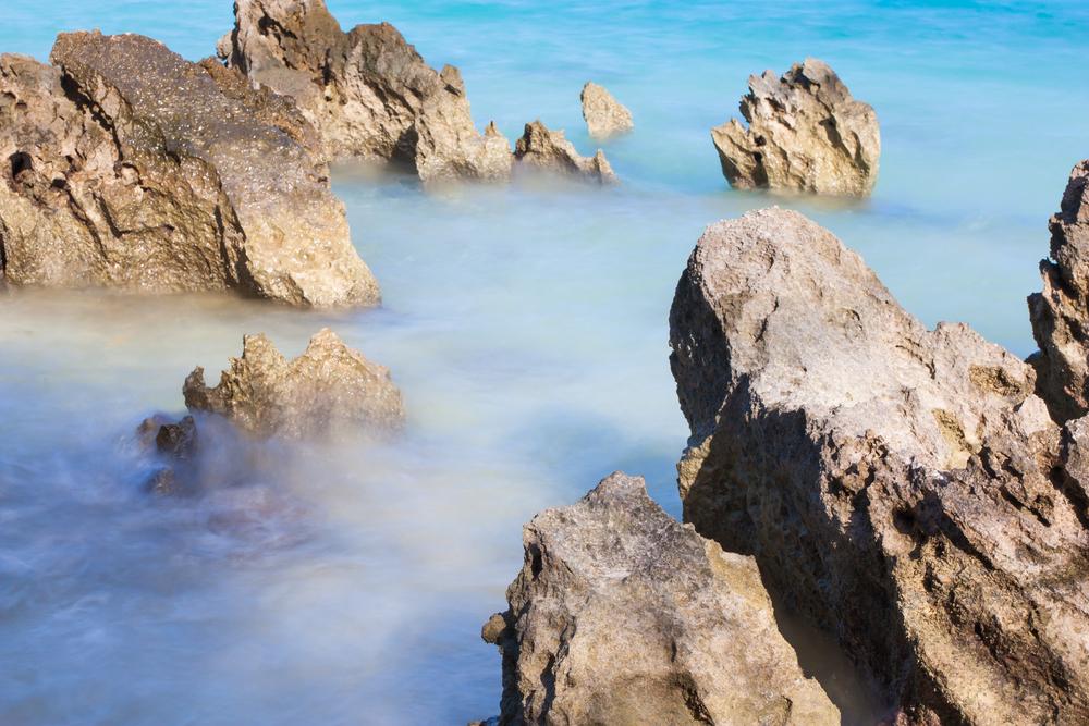 shows the Bermuda beach