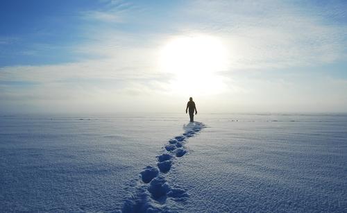 uomo cammina neve